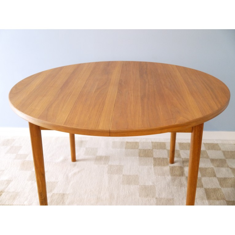 Table manger ronde design crowdbuild for for Table a manger ronde scandinave
