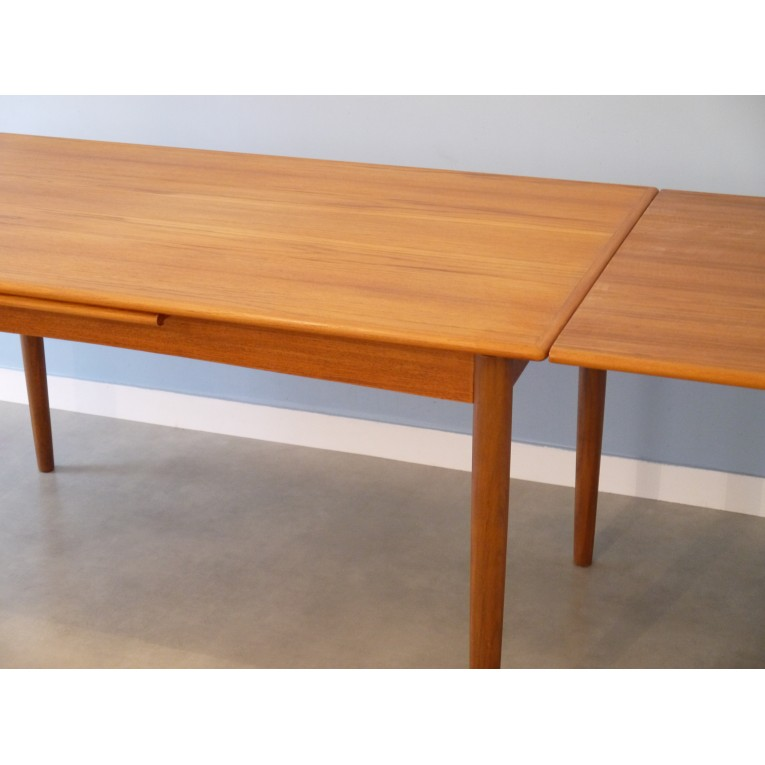 Table de salle a manger design scandinave la maison retro for Table a manger a rallonge design