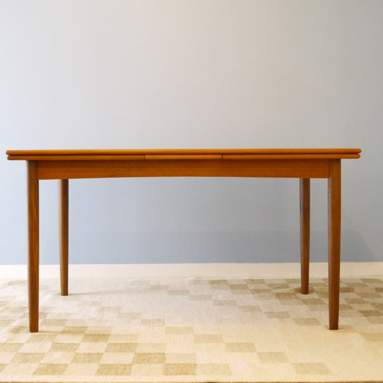 Table de salle a manger design scandinave la maison retro for Table a manger retro